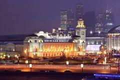 Cidade da estação de comboio de Kievsky e da Moscovo do centro de negócios na noite fotografia de stock royalty free