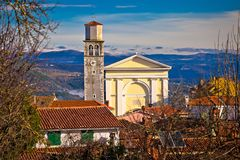Cidade da igreja e da skyline de Vizinada acima da opinião istrian da paisagem Fotos de Stock