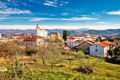 Cidade da igreja e da skyline de Vizinada acima da opinião istrian da paisagem Fotografia de Stock Royalty Free