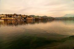 Cidade da lucerna e da lucerna do lago vista de um barco de passageiro fotos de stock