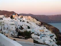 Cidade da montanha no santorini greece com opiniões do mar Fotos de Stock Royalty Free