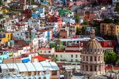 Cidade da multidão e construção coloridas coloniais da história de mineração de prata, México, americano fotografia de stock