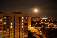Cidade da noite à vista da lua e das lanternas imagem de stock