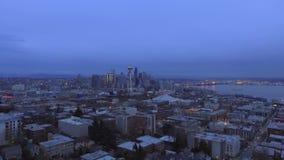 Cidade da noite, casas, arranha-céus, vista superior, GoPro filme