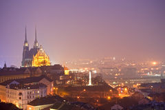 Cidade da noite com catedral Imagem de Stock