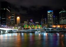 Cidade da noite com reflexão Fotos de Stock