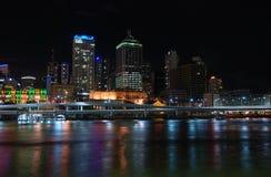 Cidade da noite com reflexão Fotografia de Stock
