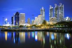 Cidade da noite em Banguecoque foto de stock royalty free
