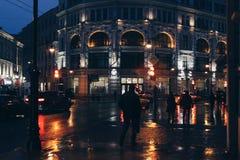 Cidade da noite nas luzes das luzes e da iluminação dos faróis dos carros Fotografia de Stock Royalty Free