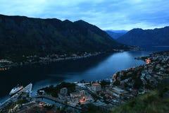 Cidade da noite nas montanhas Fotos de Stock Royalty Free