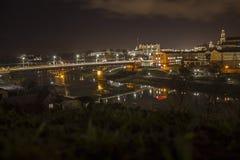 Cidade da noite no rio de Neman imagens de stock royalty free