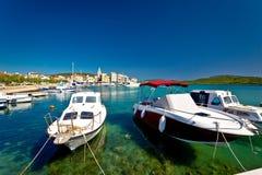 Cidade da opinião colorida da margem de Pirovac Foto de Stock
