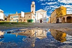 Cidade da opinião quadrada cobbled velha da reflexão da água de Vizinada Imagem de Stock