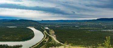 Cidade da paisagem YT Canadá de Carmacks o Rio Yukon fotografia de stock royalty free