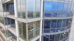 Cidade da reflexão na construção do negócio das janelas de vidro Construção do centro de negócios vídeos de arquivo