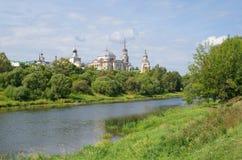 A cidade da região de Torzhok, de Tver, vista do monastério de Boris e de Gleb Imagem de Stock
