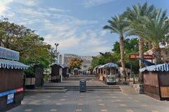 Cidade da vida de Tiberias nas ruas: povos, carros na rua Imagens de Stock Royalty Free