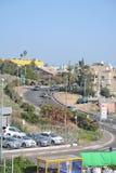 Cidade da vida de Tiberias nas ruas: povos, carros na rua Imagens de Stock