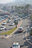 Cidade da vida de Tiberias nas ruas: povos, carros na rua Fotografia de Stock Royalty Free