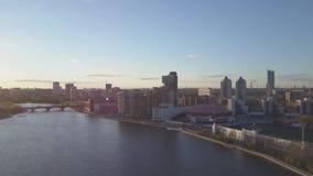 Cidade da vista aérea e palácio dos esportes Cidade moderna no por do sol, ideia aérea da arquitetura da cidade Paisagem urbana video estoque