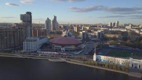 Cidade da vista aérea e palácio dos esportes Cidade moderna no por do sol, ideia aérea da arquitetura da cidade Paisagem urbana vídeos de arquivo