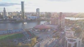 Cidade da vista aérea e palácio dos esportes Cidade moderna no por do sol, ideia aérea da arquitetura da cidade Paisagem urbana filme