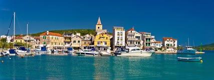 Cidade da vista panorâmica de Pirovac, Dalmácia, Croácia Imagens de Stock Royalty Free