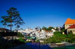 Cidade das montanhas no amanhecer com céu azul Fotografia de Stock