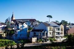 Cidade das montanhas no amanhecer com céu azul Imagens de Stock Royalty Free