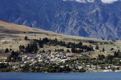 Cidade das proximidades do lago Fotografia de Stock