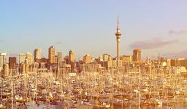 Cidade das velas: vista sobre o porto ocidental do porto com Auckland CBD no fundo fotografia de stock royalty free