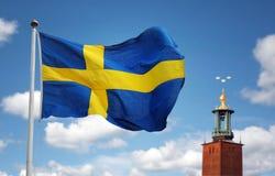 Cidade de Éstocolmo e a bandeira sueco fotografia de stock royalty free