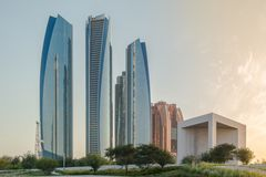 Cidade de Abu Dhabi, vista bonita de torres famosas de Etihad e memorial de Sheikh Zayed Founder fotos de stock royalty free