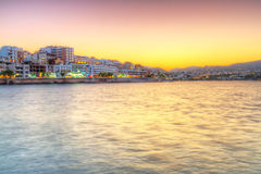 Cidade de Agios Nikolaos no por do sol em Crete Fotos de Stock Royalty Free