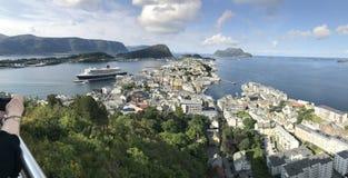 Cidade de Alesund, Noruega, com Queen Mary 2 que visita Imagem de Stock Royalty Free
