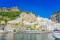 A cidade de Amalfi e do mar Tyrrhenian em Itália Imagem de Stock Royalty Free