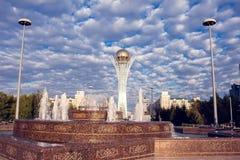 Cidade de Astana, Cazaquistão, o 22 de agosto de 2018, centro da cidade, céu foto de stock royalty free