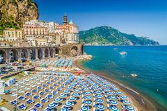 Cidade de Atrani, costa de Amalfi, Campania, Itália fotografia de stock