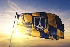 Cidade de Baltimore da tela de pano de matéria têxtil da bandeira do Estados Unidos que acena na névoa superior da névoa do nasce imagem de stock