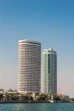 Cidade de Banguecoque do centro com reflexão do lado do rio da skyline, Tailândia Fotografia de Stock