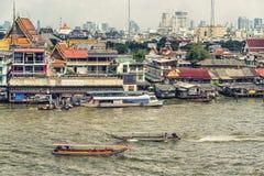 Cidade de Banguecoque e rio de Chao Phraya imagem de stock