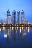 Cidade de Banguecoque na noite com reflexão Imagem de Stock