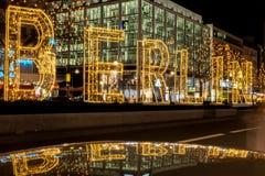 Cidade de Berlim na noite, letras iluminadas na rua Foto de Stock
