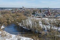 A cidade de Borovsk, o rio Protva imagem de stock