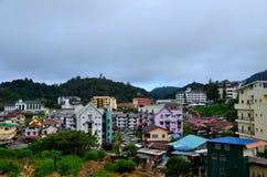 A cidade de Brinchang e a arquitetura da cidade colorida das construções veem Cameron Highlands Malaysia fotos de stock royalty free