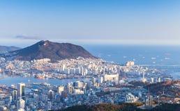 Cidade de Busan, Coreia do Sul Silhueta do homem de negócio Cowering imagem de stock royalty free