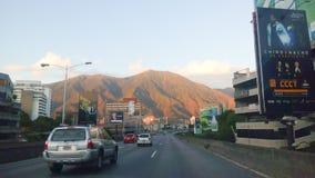Cidade de Caracas com uma vista das montanhas imagem de stock