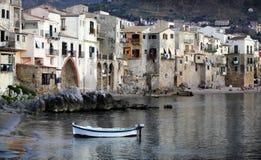 Cidade de Chefalu, Sicília imagem de stock royalty free