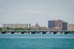 Cidade de Detroit, Detroit River fotografia de stock royalty free