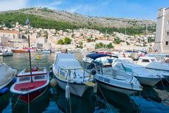 Cidade de Dubrovnik Cro?cia em setembro de 2018 vista dos barcos no porto foto de stock royalty free